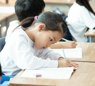 鉛筆の持ちかたを教える先生