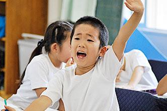 手を挙げる生徒