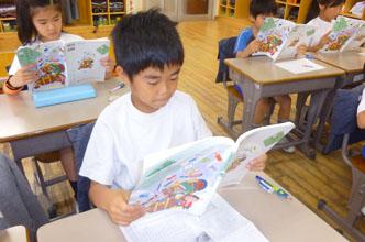 本を読む生徒